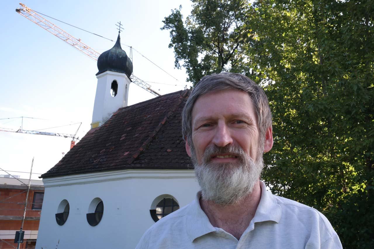 Peter Pernsteiner vor der Antonius-Kapelle in Zorneding